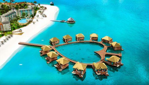 Los románticos nuevos bungalows sobre el agua de Sandals en el Caribe